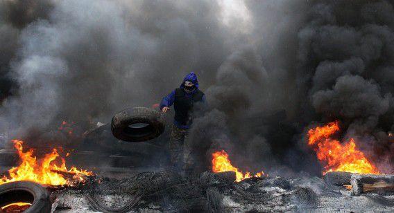 Een pro-Russische demonstrant steekt banden in brand in Slovjansk.