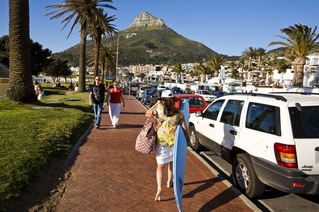 Le Cap. Une rue de Camps Bay. *** Street life in Camps Bay.