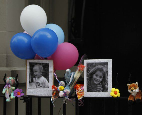 Een kleine herinnering aan de twee kindjes buiten het appartementencomplex in New York waar ze werden neergestoken. Foto AP / Mary Altaffer
