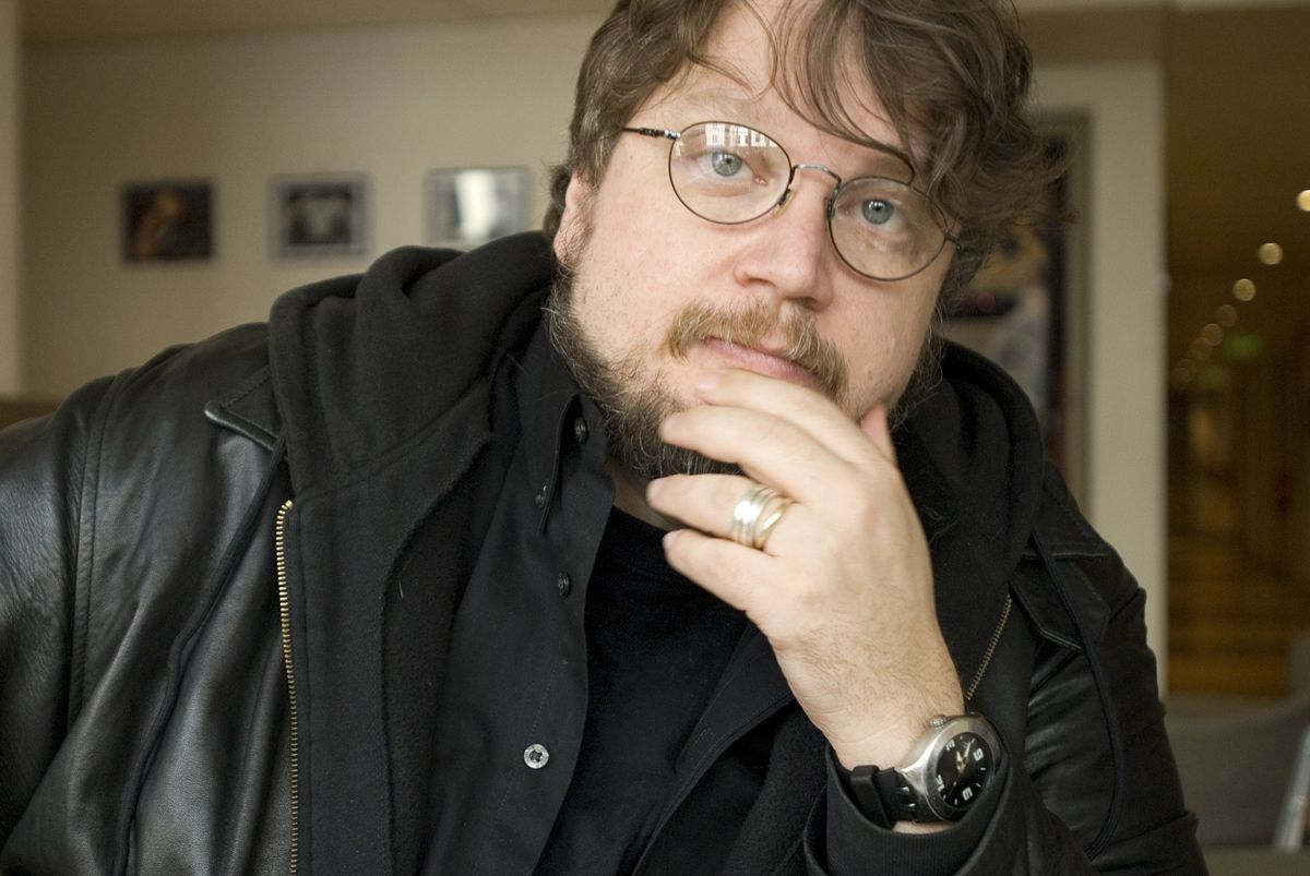"Topregisseur Guillermo del Toro (Foto Bloomberg) Filmmaker Guillermo del Toro poses in this undated photo released to the press on June 9, 2009. Del Toro has a new book out co-authored with Chuck Hogan entitled ""The Strain"". Source: Harper Collins via Bloomberg News EDITOR'S NOTE: NO SALES. EDITORIAL USE WITH PREVIEW/REVIEW OF BOOK ONLY."
