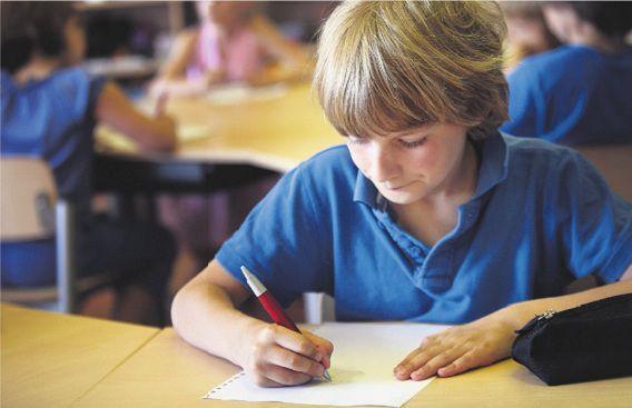 Kinderen uit de Leonardo-klas van de protestants-christelijke basisschool Het Kompas uit Harderwijk aan het werk op een foto uit 2010.
