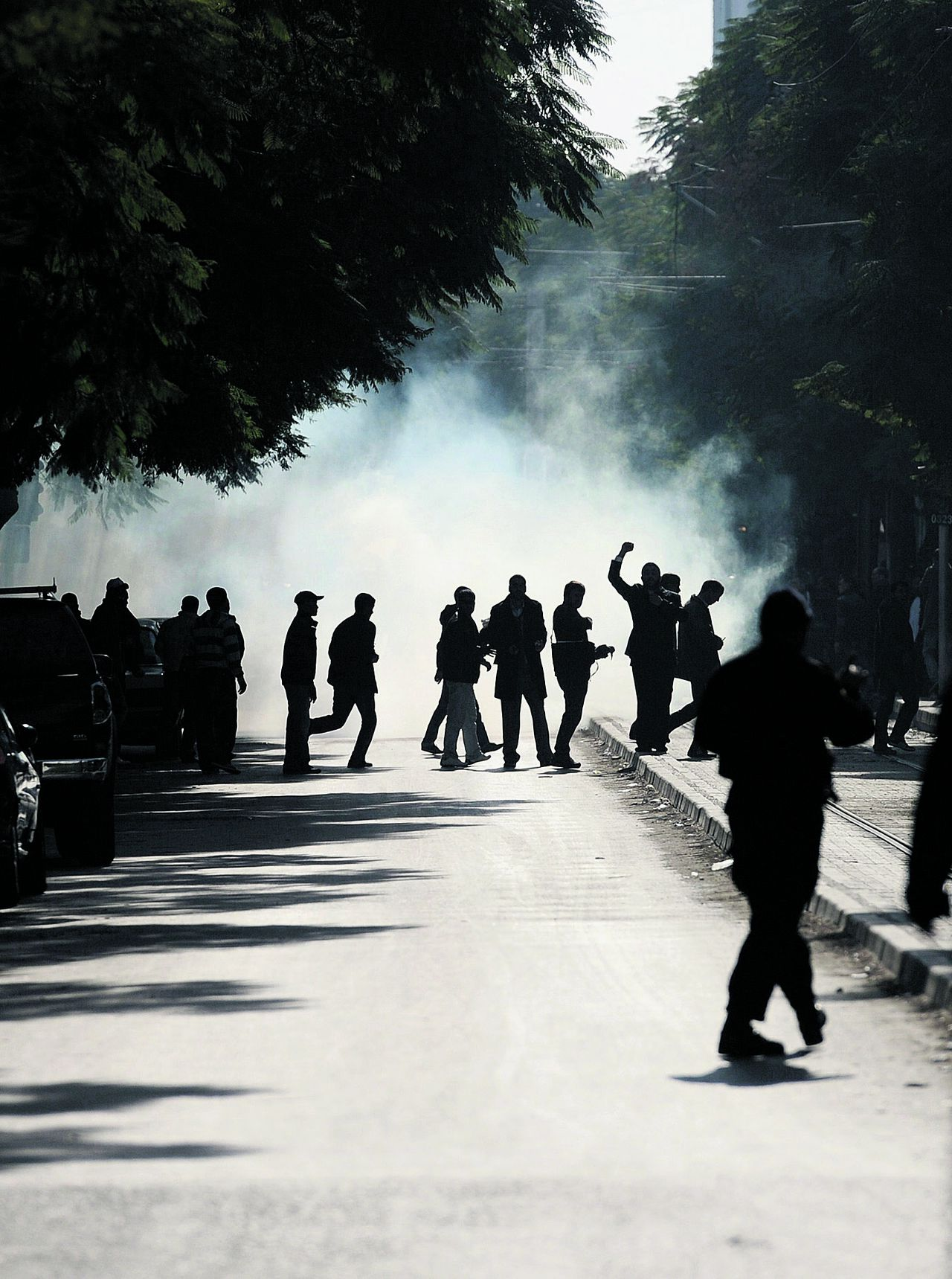 De politie in Tunis leverde gisteren zware gevechten met de betogers en gebruikte daarbij traangas. Foto's AFP Tunisian demonstrators clash with policemen during a protest in central Tunis on January 17, 2011. Tunisian protesters called for the abolition of ousted president Zine El Abidine Ben Ali's ruling party on January 17 amid a chaotic power vacuum as politicians prepared a government of national unity. Hundreds of people rallied in Tunis and there were similar protests in Sidi Bouzid and Regueb in central Tunisia -- two towns at the heart of the movement that forced Ben Ali to resign and flee on Friday after 23 years in power. AFP PHOTO / FRED DUFOUR