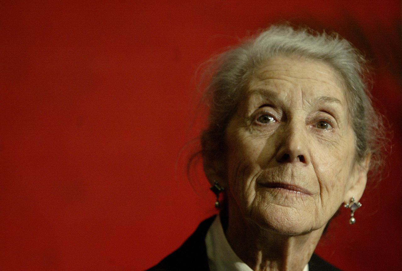 Nadine Gordimer foto AP Nobel Prize-winning author Nadine Gordimer, of South Africa, listens to a question during a news conference on the Guadalajara International Book Fair at Guadalajara's Expo, Sunday, Nov. 26, 2006, in Mexico. (AP Photo/Guillermo Arias)