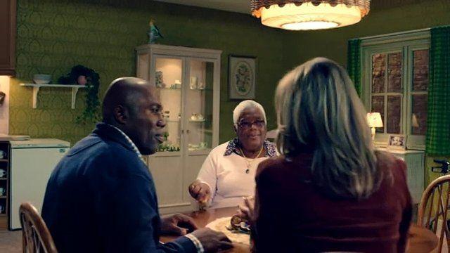 Beeld van een 'keukentafelgesprek' uit een omstreden tv-spotje uit de campagne Nederland verandert, de zorg verandert mee, uit 2015. De Reclame Code Commissie had er kritiek op, waarna de spotjes niet meer werden uitgezonden.
