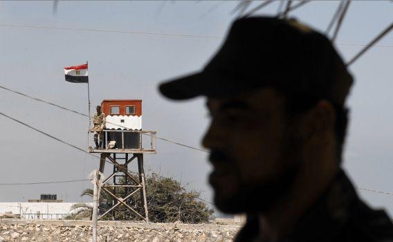 Op de achtergrond de grenspost van Egypte bij Gaza.