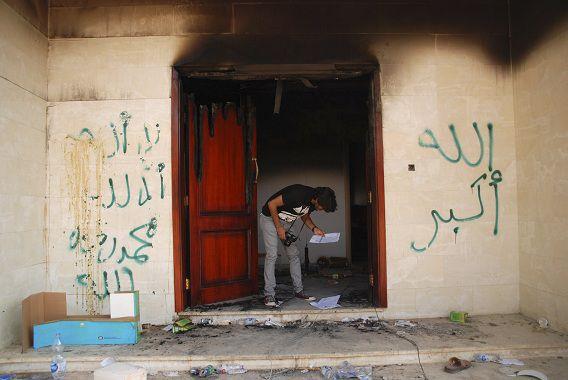 Een man kijkt naar documenten op het Amerikaanse consulaat in Benghazi, kort na de aanval die vier Amerikanen het leven kostte.