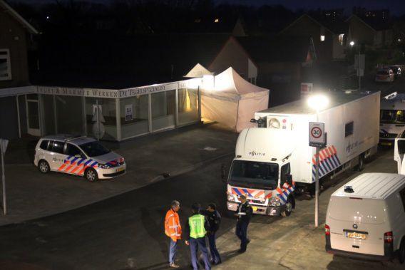 De politie doet onderzoek bij een juwelier in Deurne, waar bij een overval de twee vermoeelijke overvallers om het leven zijn gekomen.
