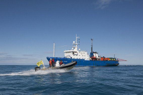 De ijsbreker Arctic Sunrise van Greenpeace op archiefbeeld in de Barentszee.