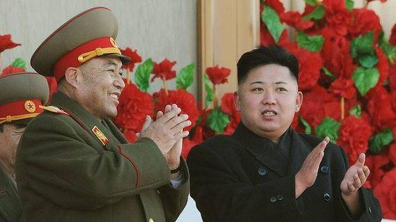 De Noord-Koreaanse leider Kim Jong-Un samen met Ri Yong-ho tijdens een militaire parade afgelopen februari.