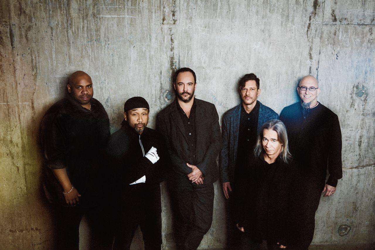 De Dave Matthews Band met in het midden zanger en gitarist Dave Matthews.