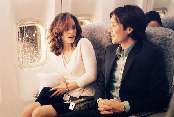 tv film Red eye (Wes Craven, 2005) Net5, 22.25-23/55u. Horrorspecialist Craven speelt in op de collectieve vliegangst van het Amerikaanse bioscooppubliek sinds 9/11. Twee toeristenklasse stoelen, een vliegtuig-wc en een slecht verlicht gangpad, meer heeft Craven niet nodig voor 85 minuten claustrofobische spanning. Met o.a. Rachel McAdams.
