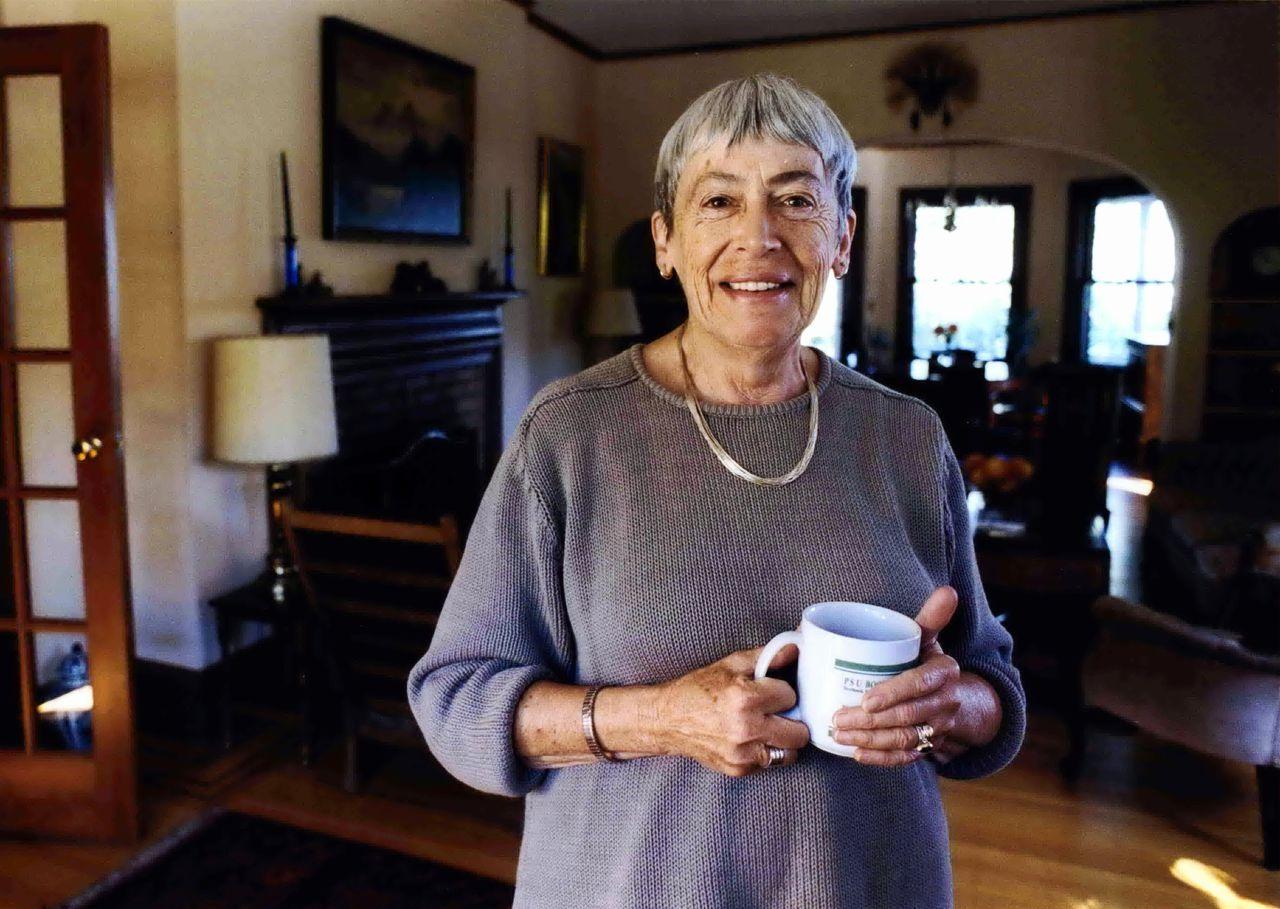 Ursula Le Guin in 2001, thuis in Portland. Ze was een veel bekroond schrijfster.