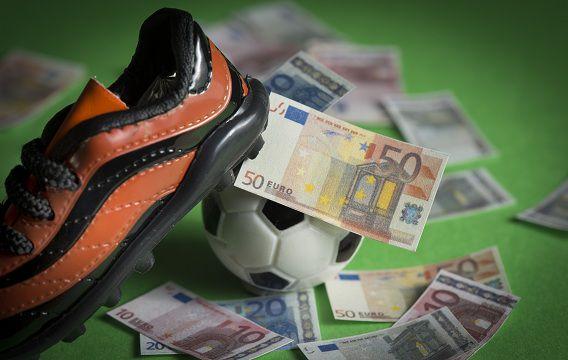 In de Nederlandse voetbalcompetitie zouden al tien jaar wedstrijden worden gemanipuleerd.