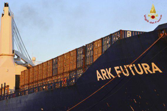 Containers met Syrische chemicaliën aan boord van het Deense schip de Ark Futura in de Italiaanse haven van Gioia Tauro begin juli.