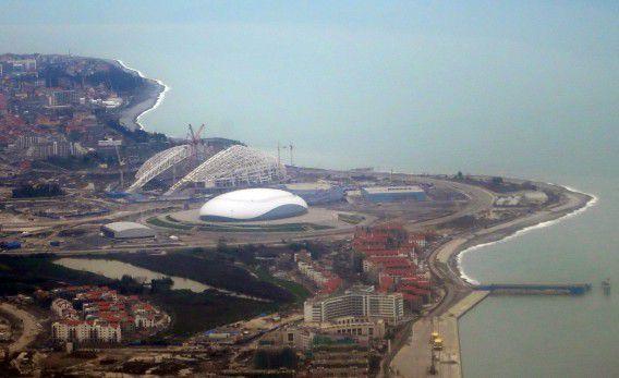 Een luchtfoto met daarop twee stadions: het Fisht-stadion en de Bolsjoj-ijshal.