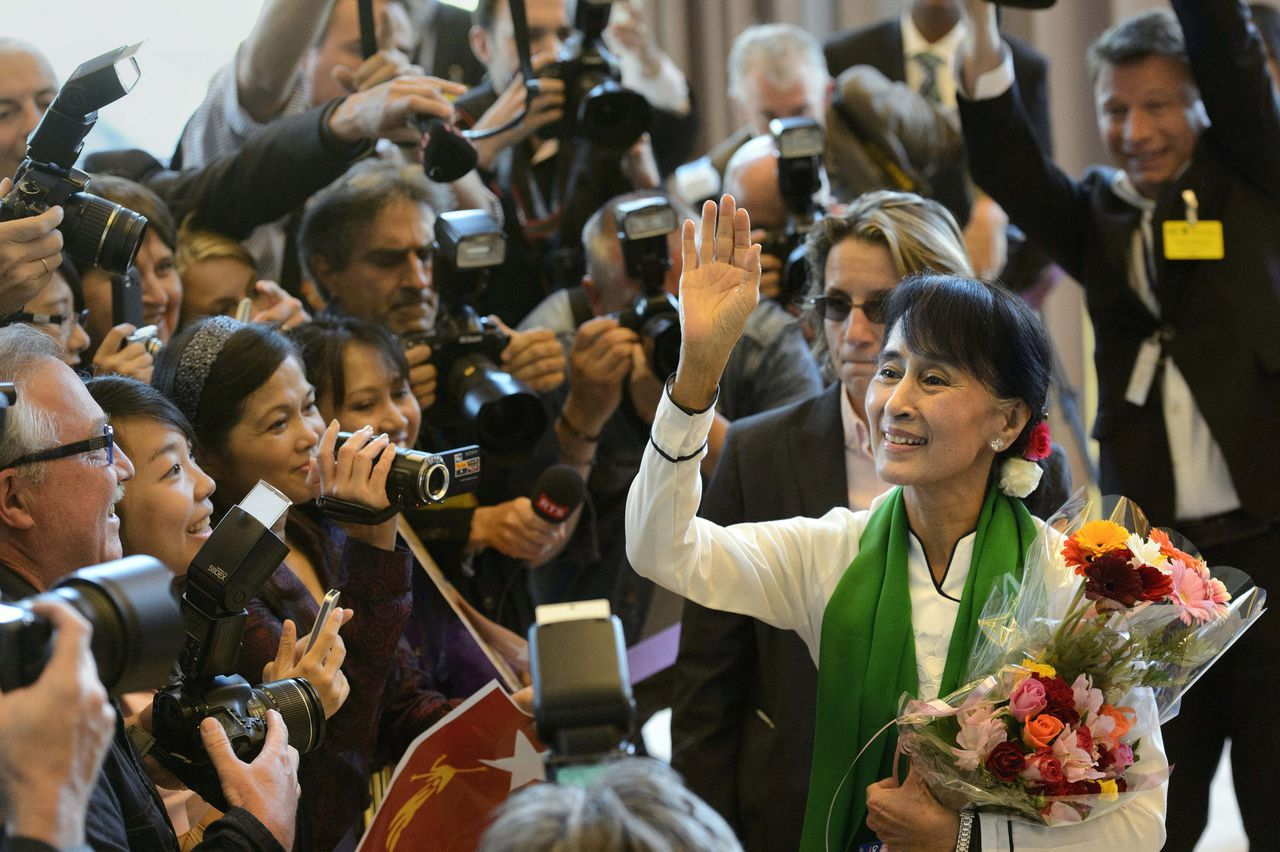 Aung San Suu Kyi, the Myanmar opposition leader, waves as she arrives at the 101st International Labor Organization, ILO, Conference at the European headquarters of the United Nations in Geneva, Switzerland, Thursday, June 14, 2012. Suu Kyi will visit Switzerland, Norway, Ireland, Britain and France from June 13 to June 29. (AP Photo/Keystone, Martial Trezzini)