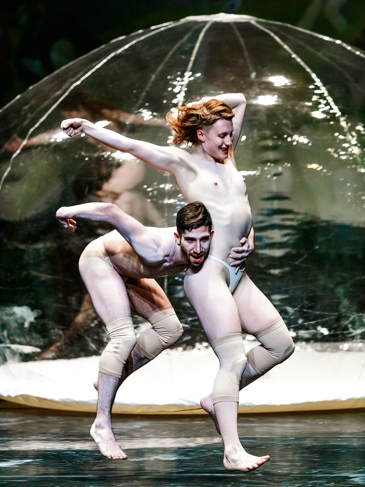 Dansers Leon Kupferschmid en Lucy M. May in 'The Garden of Earthly Delights'.