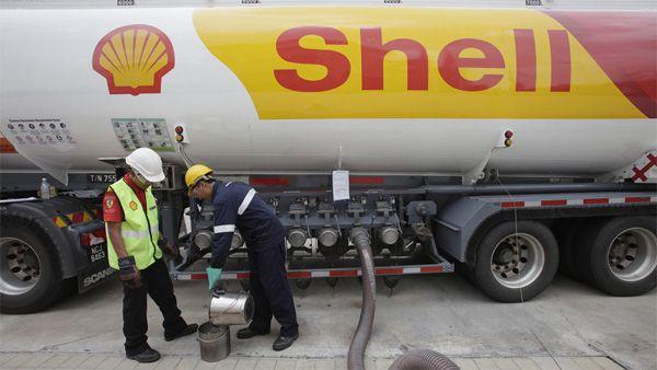 Een tankwagen van Shell pompt benzine. Foto Reuters / Bazuki Muhammad.
