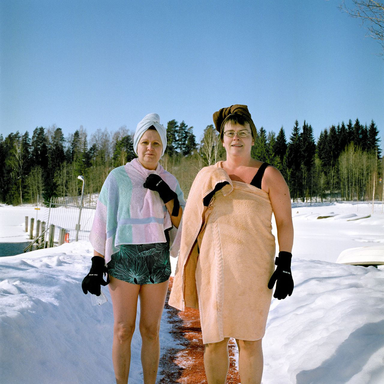 Tikka, Jyvaskyla, Finland. Jarvenjaa / Lakeice - During early 2010 Tessa Bunney was artist in residence at Jyvaskyla Printmaking Centre where she explored the landscape of the frozen lakes and associated leisure activities such as ice hole swimming, ice fishing and skiiing. Uimaranta / Swimming place - Tessa Bunney returned to Jyvaskyla 2 months later and continued to explore her interest in the landscape of the sauna and swimming places around the city and also in Kuopio. This residency was part of Connections North, International Residency Exchange Project organised by Art Connections and funded by Arts Council England. © Tessa Bunney / eyevine Contact eyevine for more information about using this image: T: +44 (0) 20 8709 8709 E: info@eyevine.com http:///www.eyevine.com Ice swimming in Finland - deel van serie (12 foto´s). *** Local Caption *** 00745306