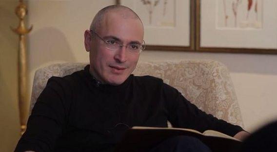 Screenshot uit het filmpje met Chodorkovski, waarin hij vertelt dat hij voor het eerst sinds lange tijd weer heeft kunnen uitslapen.