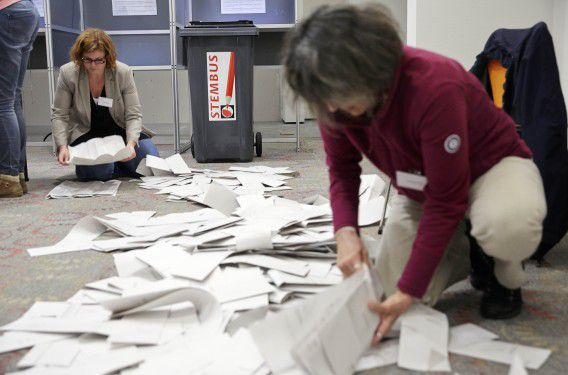 Het tellen van de stemmen op het gemeentehuis van Alphen aan den Rijn, na de gemeenteraadsverkiezingen eerder deze maand.