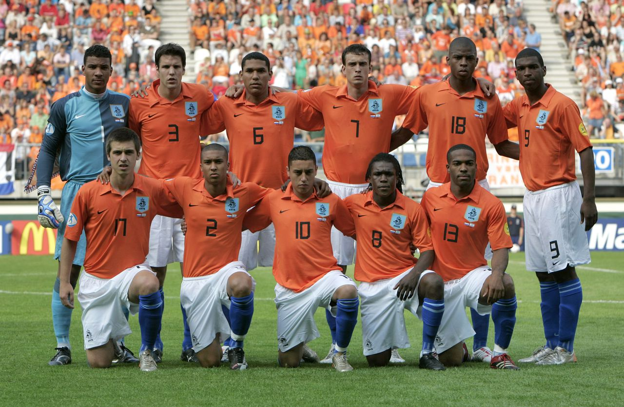 Maceo Rigters. Foto Bas Czerwinski Dutch soccer team poses before the first round group A UEFA U21 Championship soccer match between The Netherlands and Israel at the Abe Lenstra stadium in Heerenveen, The Netherlands, Sunday June 10, 2007. Back row from left to right: Boy Waterman, Ron Vlaar, Hedwiges Maduro, Julian Jenner, Ryan Donk and Ryan Babel. Front row from left to right: Haris Medunjanin, Gianni Zuiverloon, Ismail Aissati, Royston Drenthe and Maceo Rigters. (AP Photo/Bas Czerwinski)