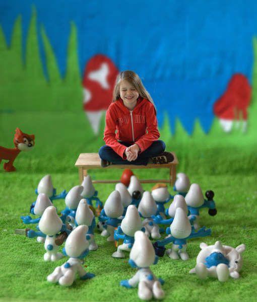 """Smurfenmanie (3) klik@nrc.nl Emy is 9 jaar oud en al jaren een smurfenfan, mailt vader Geert Jan Schuite uit Opijnen. """"Dus ze was de eerste van haar klas die, met hulp van buurvrouwen, tantes, oma's en opa's haar smurfenverzameling compleet had. Ze heeft nu samen met haar moeder smurfengordijnen gemaakt voor haar kamer. Die zie je hier op de achtergrond."""" Smurfenmania (3)"""
