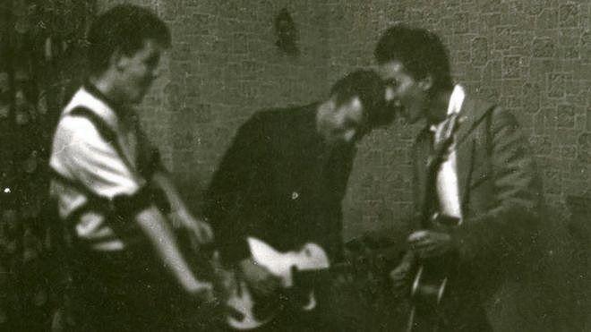 'The Quarrymen' in een huiskamer in 1959, met v.l.n.r. Paul McCartney, John Lennon en George Harrison.