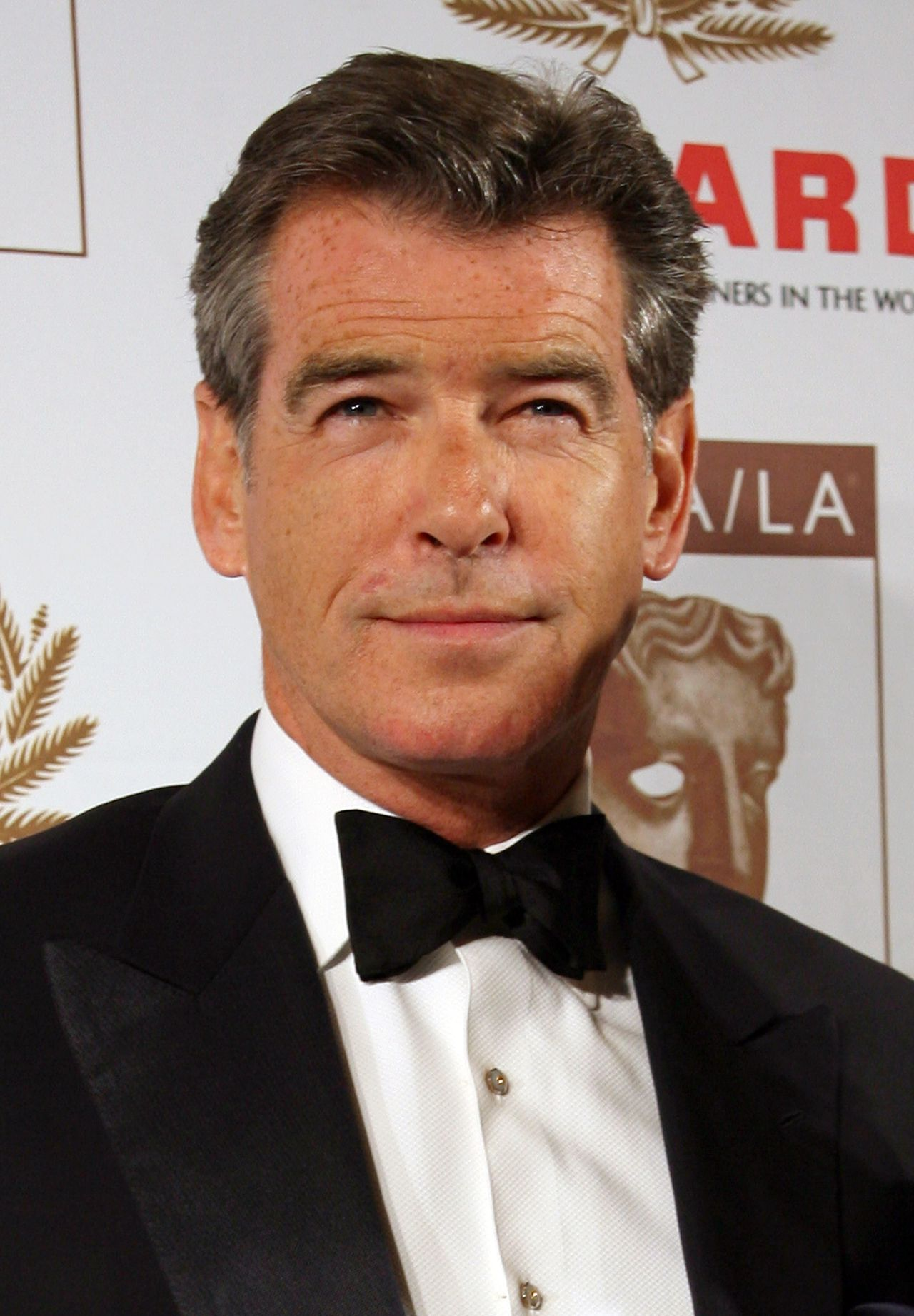 "Pierce Brosnan Foto AFP/ Gabriel Bouys (FILES) US actor Pierce Brosnan arrives at the British Academy of Film and Television Arts/Los Angeles (BAFTA/LA) Awards, in this 01 November 2007 file photo in Los Angeles, California. Brosnan is to reprise his role as the world's most debonair thief in ""The Thomas Crown Affair 2"", entertainment industry press reported on 13 November 2007. The Irish-born actor best known for his portrayal of superspy James Bond starred in a successful 1999 remake of the classic Steve McQueen thriller about a corporate tycoon who steals priceless works of art for kicks. AFP PHOTO/GABRIEL BOUYS"