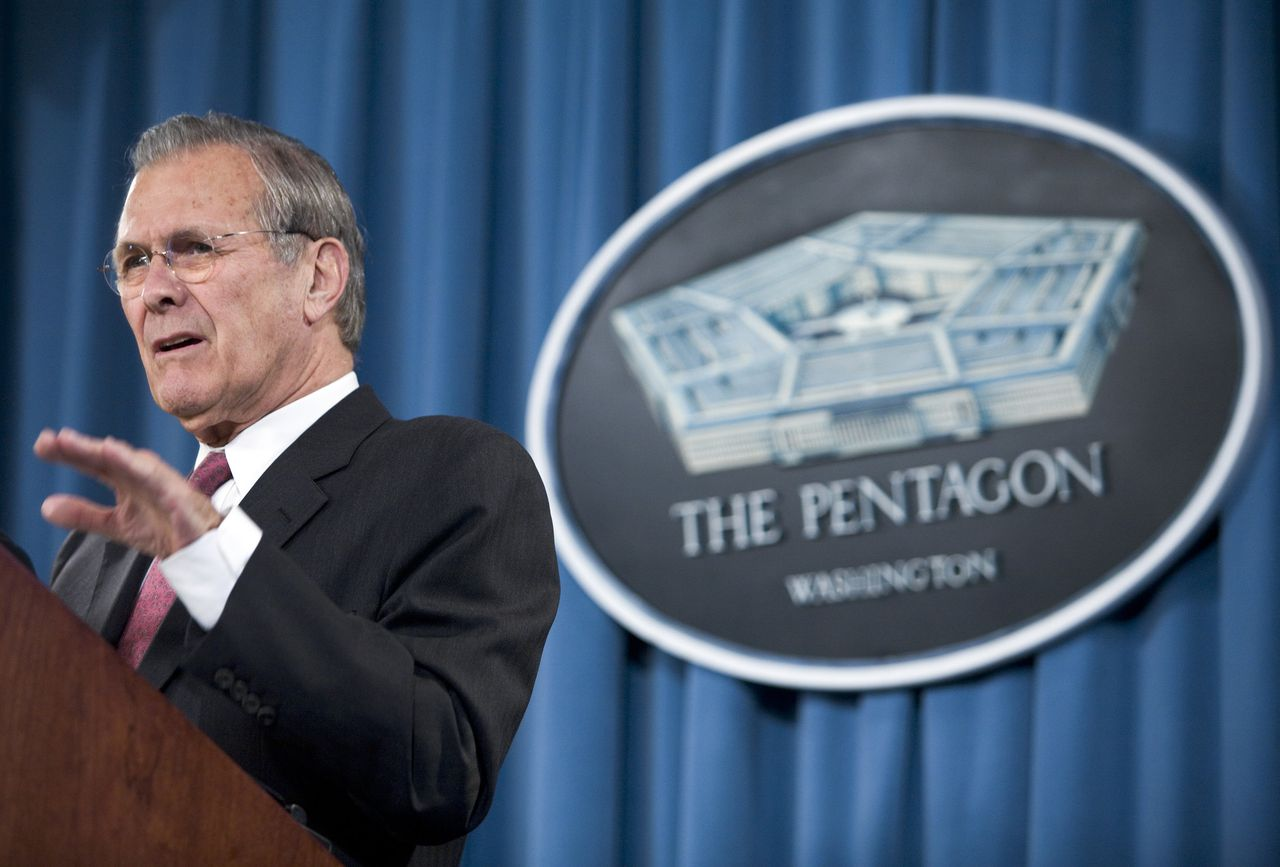 "De persconferenties in het Pentagon zijn befaamd om Rumsfelds snedige opmerkingen en zijn soms onnavolgbare maar scherp geformuleerde redeneringen. Foto AFP US Secretary of Defense Donald Rumsfeld speaks during a briefing at the Pentagon 23 March, 2005 in Virginia. Rumsfeld brushed off calls for his resignation and said he had no plans to step down. ""I'm hard at the job, working hard, and getting up every day and thinking what we can do for the troops and the wonderful people who serve our country,"" he told reporters. The flurry of calls for Rumsfeld's resignation coincided with sinking public support for US President George W. Bush after three years of war in Iraq and new fears of it turning into a full-blown civil war. ""Those kinds of calls have been going on for five-plus years. And the president has asked me not to get involved in politics and that's politics,"" Rumsfeld said. AFP PHOTO/Brendan SMIALOWSKI"