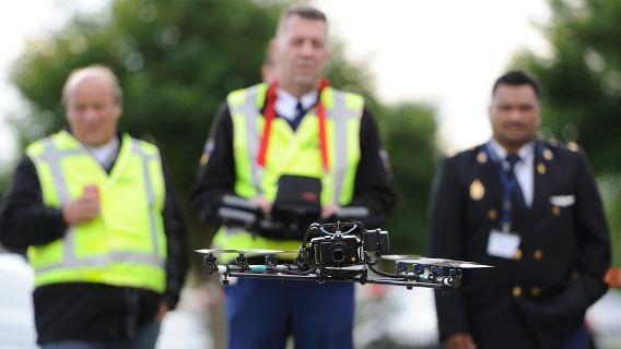 Medewerkers van de KLPD doen onderzoek met een drone, een op afstand bestuurbare helikopter, in het field lab van het Nederlands Forensisch Instituut bij een oefening met een neergestort vliegtuigje.