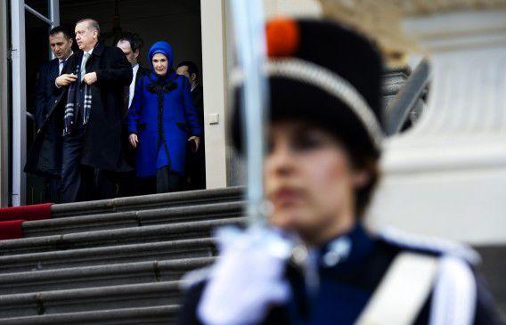 De Turkse premier Recep Tayyip Erdogan en zijn echtgenote Emine vertrekken bij Paleis Huis ten Bosch na een ontmoeting met koningin Beatrix.