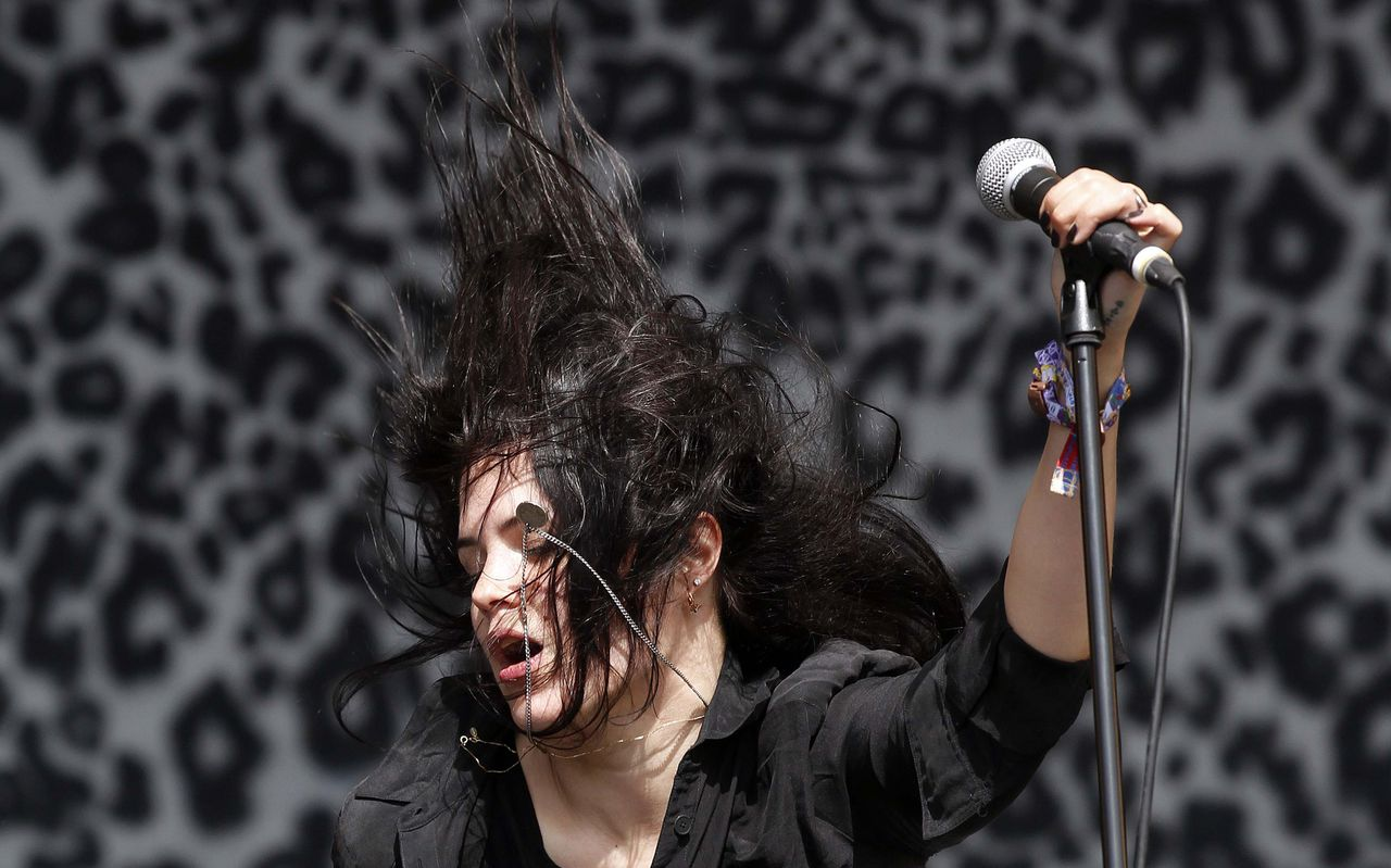 Alison Mosshart, lead singer of The Kills, performs on the Other Stage on the fourth day of the Glastonbury Festival in Worthy Farm, Somerset June 25, 2011. REUTERS/Cathal McNaughton (BRITAIN - Tags: ENTERTAINMENT)