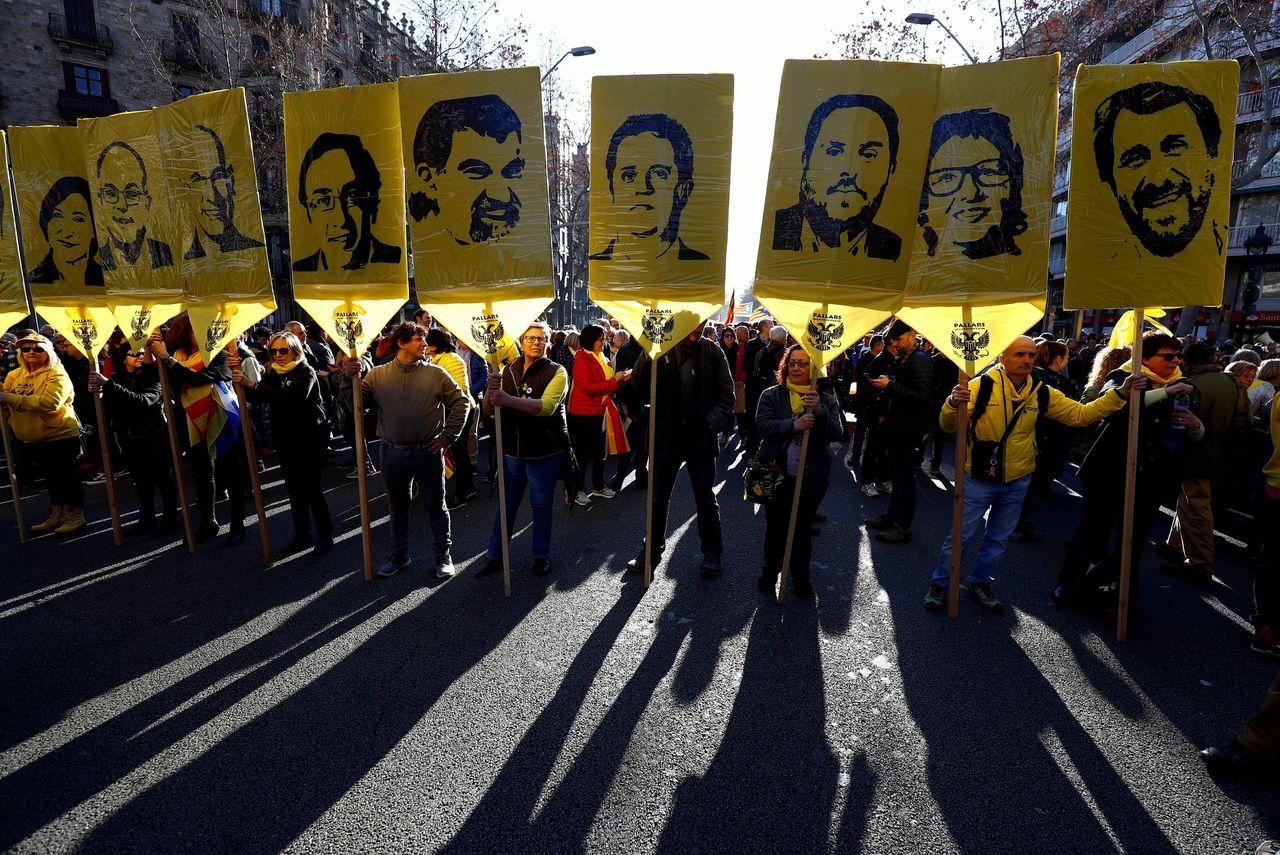 Steunbetuiging voor de separatisten in Barcelona, op 16 februari. Josep Rull, voormalig 'minister' van Catalonië, is de man op de vierde foto van links.
