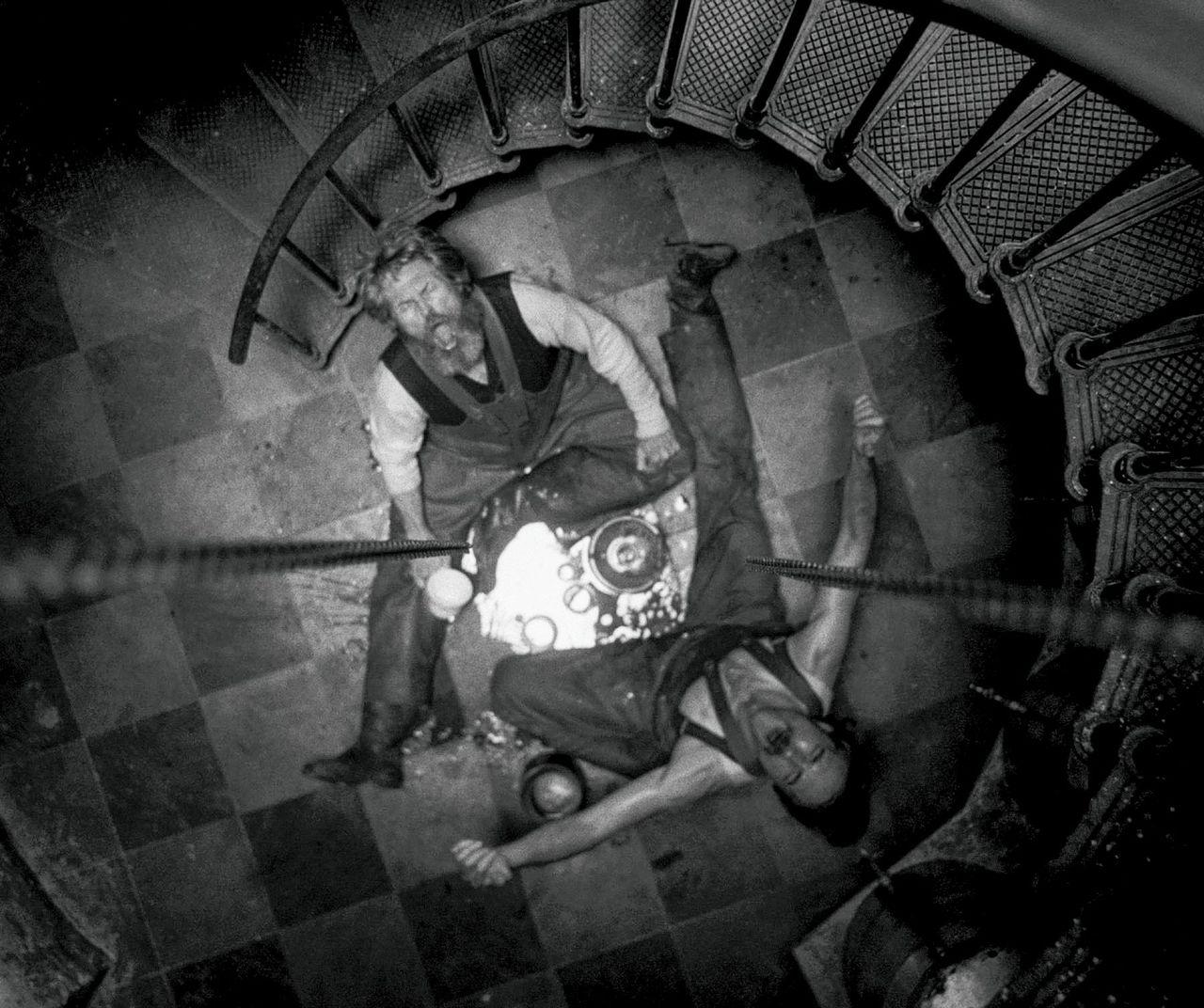 Vuurtorenwachter Thomas Wake (Willem Dafoe, boven) en zijn hulp Ephraim Winslow (Robert Pattinson) moeten het met elkaar zien uit te houden in een vuurtoren op een afgelegen eiland, in 'The Lighthouse'.
