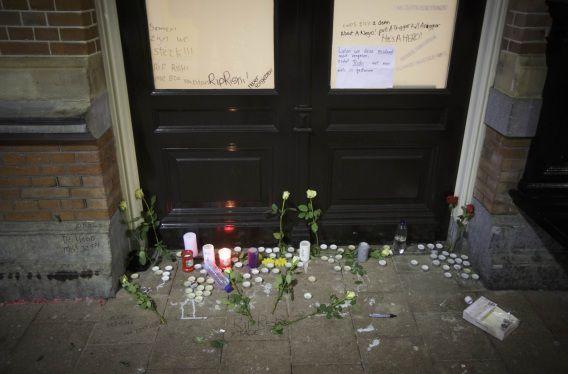 Achtergelaten bloemen en kaarsen op perron 4 van Holland Spoor tijdens een herdenking voor de doodgeschoten Rishi in december van vorig jaar.