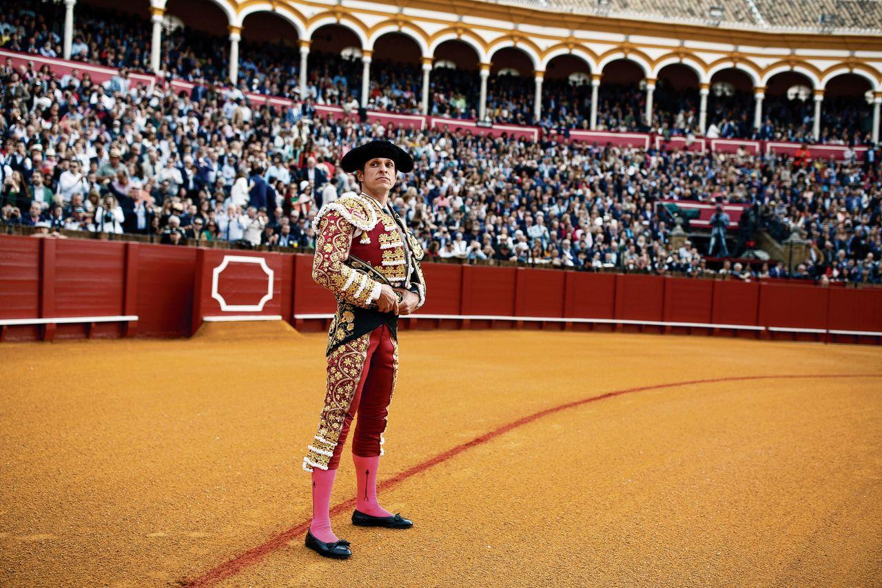 De leider van de nationalistische partij Vox in Spanje spreekt zijn aanhang graag toe in stierenvechtarena's.