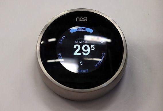 De 'Nest Learning' thermostaat regelt de temperatuur automatisch.