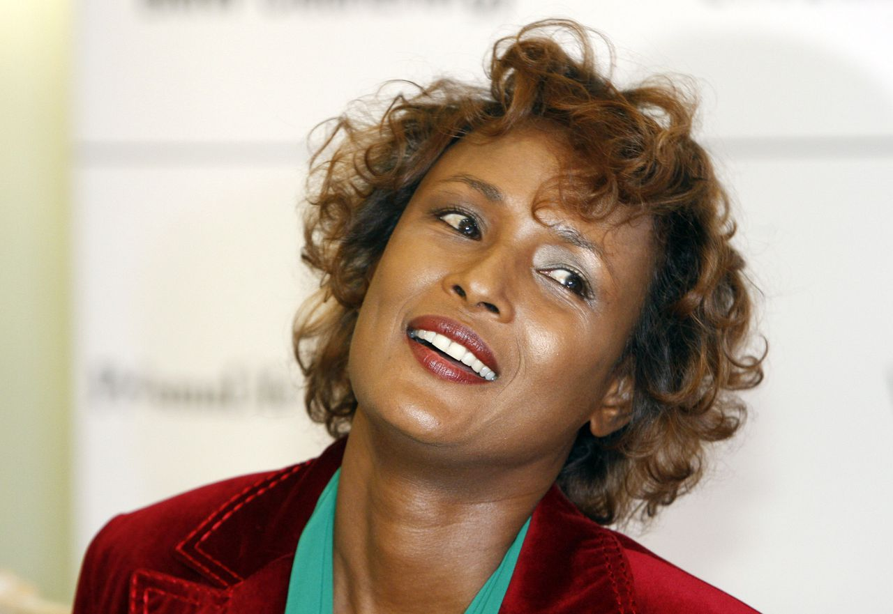 "waris dirie was topmodel en VN-ambassadeur in de strijd tegen vrouwenbesnijdenis.Zij heeft vier boeken geschreven. Foto AFP (FILES) This file picture taken on February 10, 2008 during a press conference about the 7the edition of the ""Cinema for Peace"" gala on the sidelines of the 58th International Berlinale Film Festival in Berlin shows UN goodwill ambassador Waris Dirie. Authorities in Vienna said on March 7, 2008 that Austrian Dirie, a UN goodwill ambassador for the Elimination of Female Genital Mutilation disappeared overnight Tuesday March 5 to Wednesday March 6 in Brussels. AFP PHOTO DDP/ MICHAEL KAPPELER GERMANY OUT"