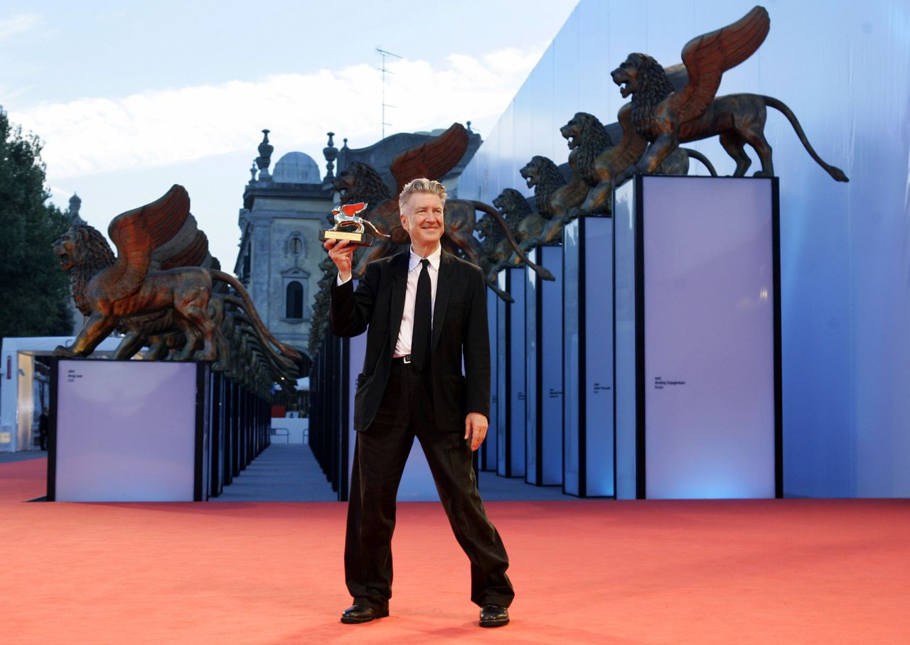 Filmregisseur David Lynch ontving woensdag op het filmfestival van Venetië een Gouden Leeuw voor zijn oeuvre Foto Reuters Director David Lynch poses with the Golden Lion award for lifetime achievement at the Venice Film Festival September 6, 2006. REUTERS/Fabrizio Bensch (ITALY)