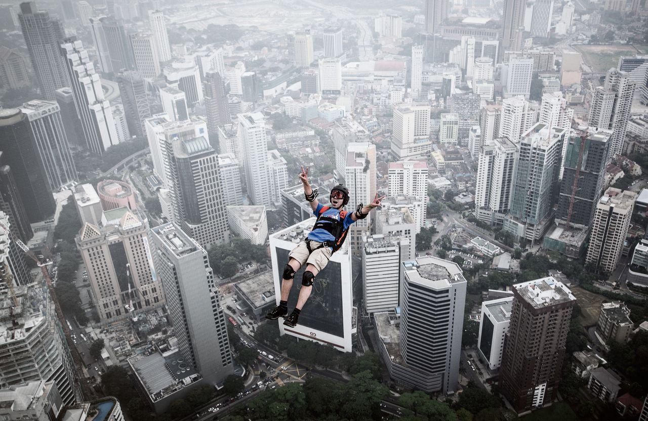 De Franse basejumper Olivier Julien Chacornac springt van de Kuala Lumpurtoren in Maleisië.