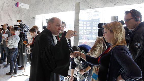 Wim Anker, advocaat van Robert M., staat de pers te woord tijdens de bekendmaking van de strafeis in het hoger beroep van de Amsterdamse zedenzaak.