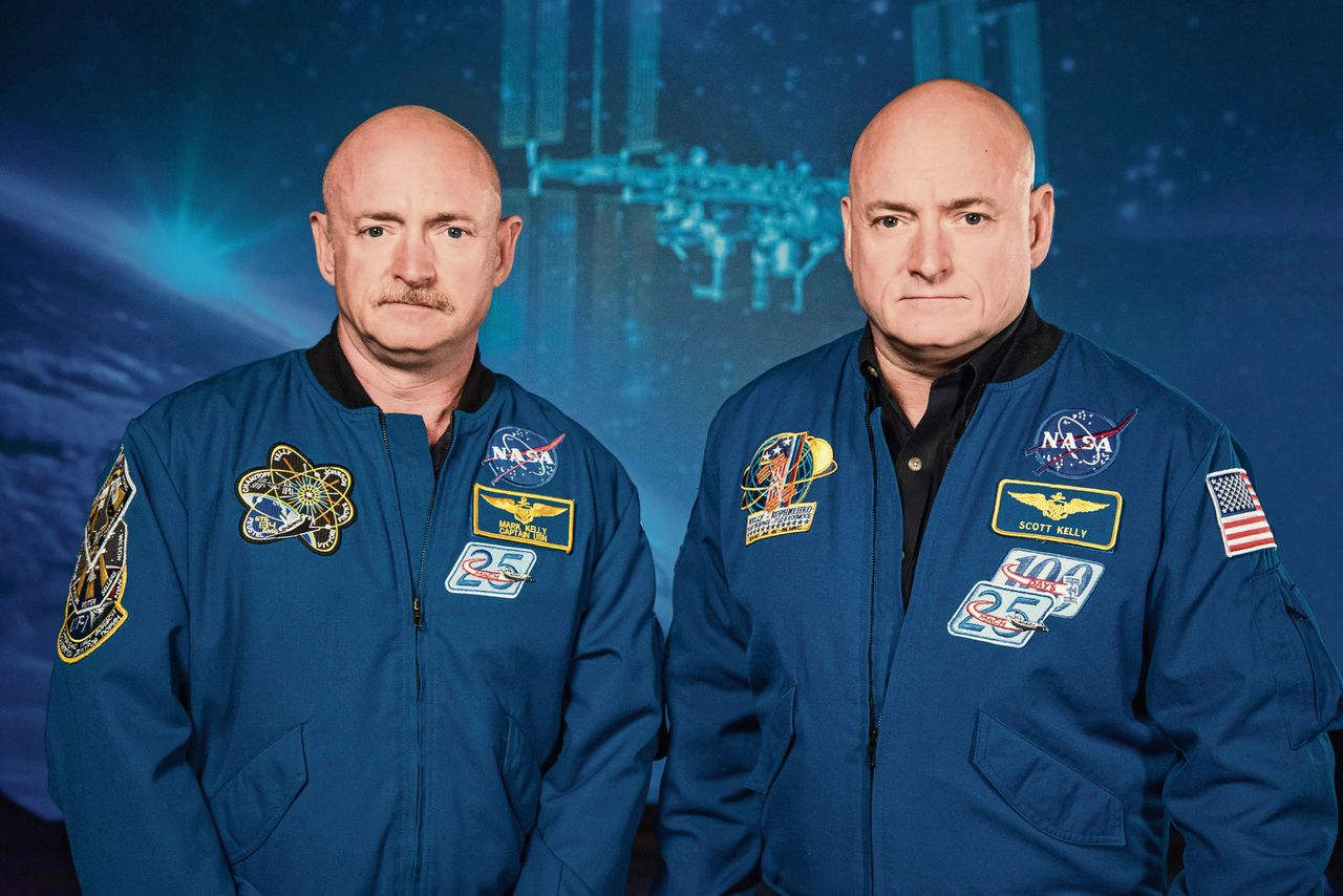 Astronauten Mark (links) en Scott Kelly in 2015, kort voor Scotts missie naar ruimtestation ISS.