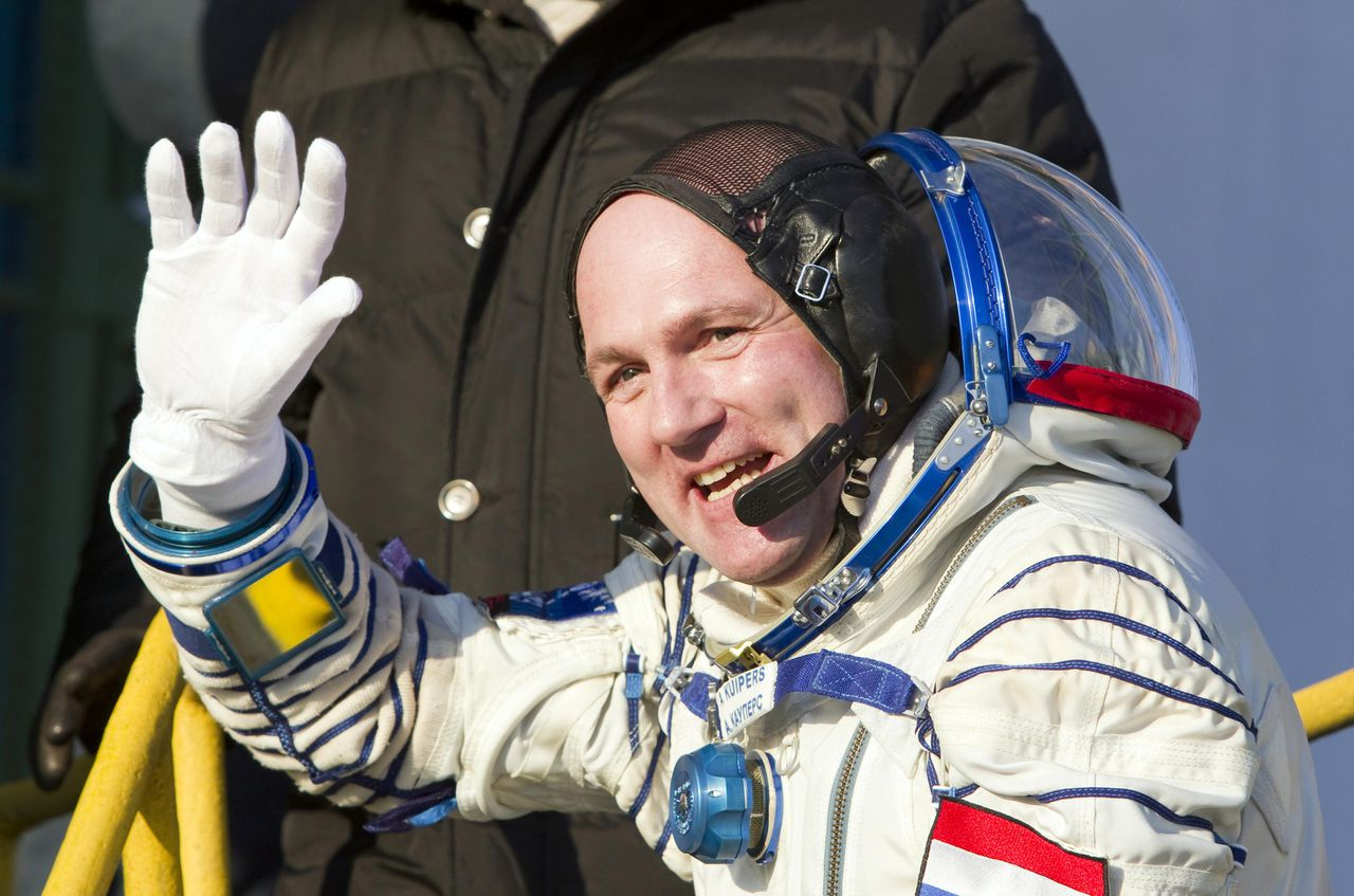 The International Space Station (ISS) crew member, Dutch astronaut Andre Kuipers, waves as he boards the Soyuz TMA-03M spacecraft at Baikonur cosmodrome, December 21, 2011. REUTERS/Shamil Zhumatov (KAZAKHSTAN - Tags: SCIENCE TECHNOLOGY TRANSPORT)