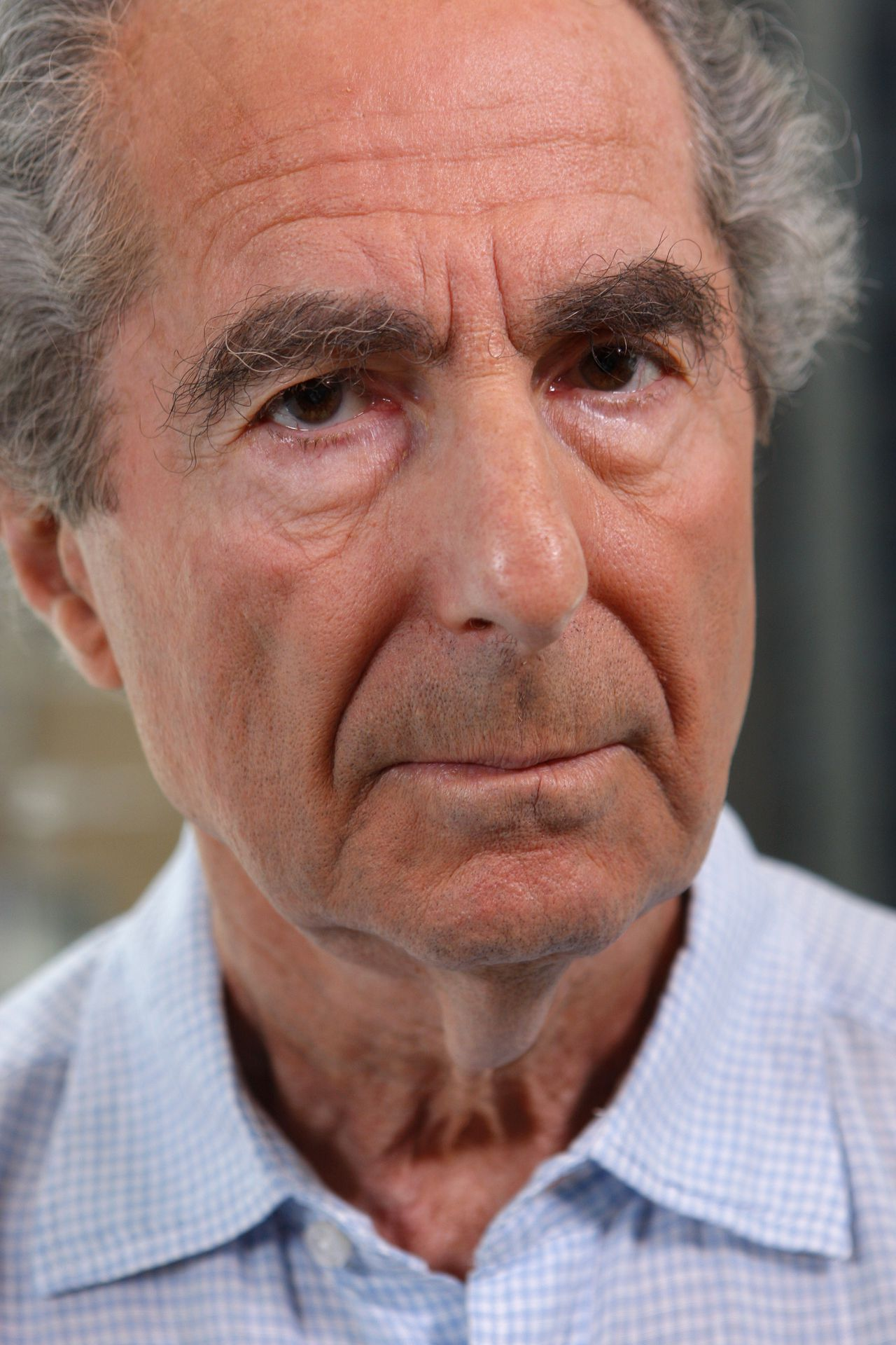 Philip Roth Foto Andrew Harrer Author Philip Roth poses for a portrait in New York, U.S., on Wednesday, Sept. 3, 2008. Turning a Philip Roth book into a movie is like translating ancient Greek into modern English: Something crucial often gets lost in the translation. Ever since ``Goodbye, Columbus'' was made into a pitch-perfect 1969 movie starring Richard Benjamin and Ali McGraw, filmmakers have struggled to make sense of Roth's works. Photographer: Andrew Harrer/Bloomberg News