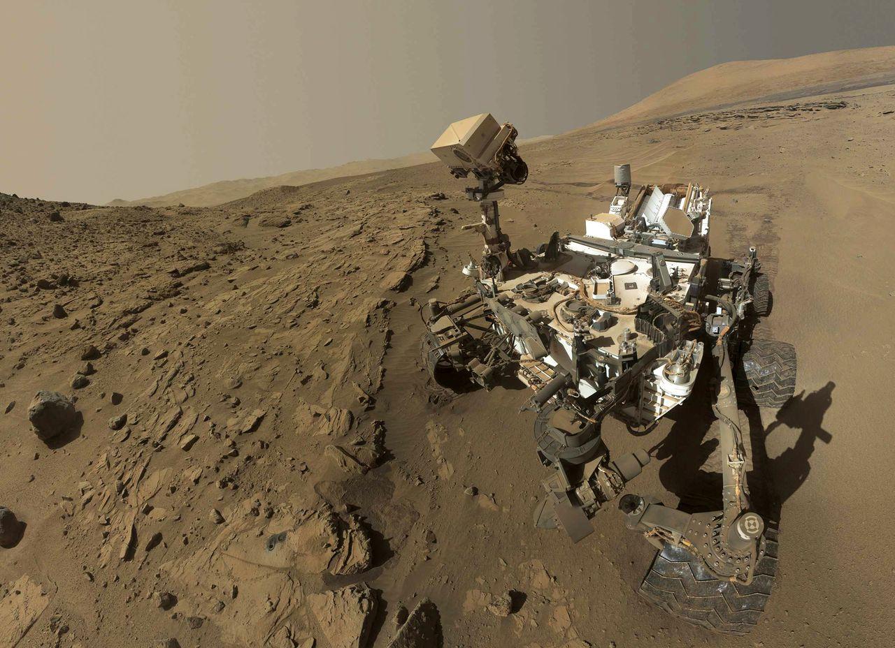 Een digitale selfie van de Curiosity op Mars. De foto is samengesteld uit meer dan een dozijn foto's die de Marsverkenner van zichzelf maakte in april en mei.