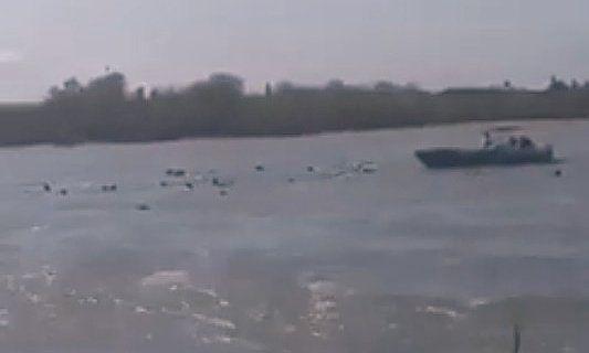 De veerboot zou gezonken zijn omdat hij te zwaar beladen was. Er waren meer dan honderd passagiers aan boord.