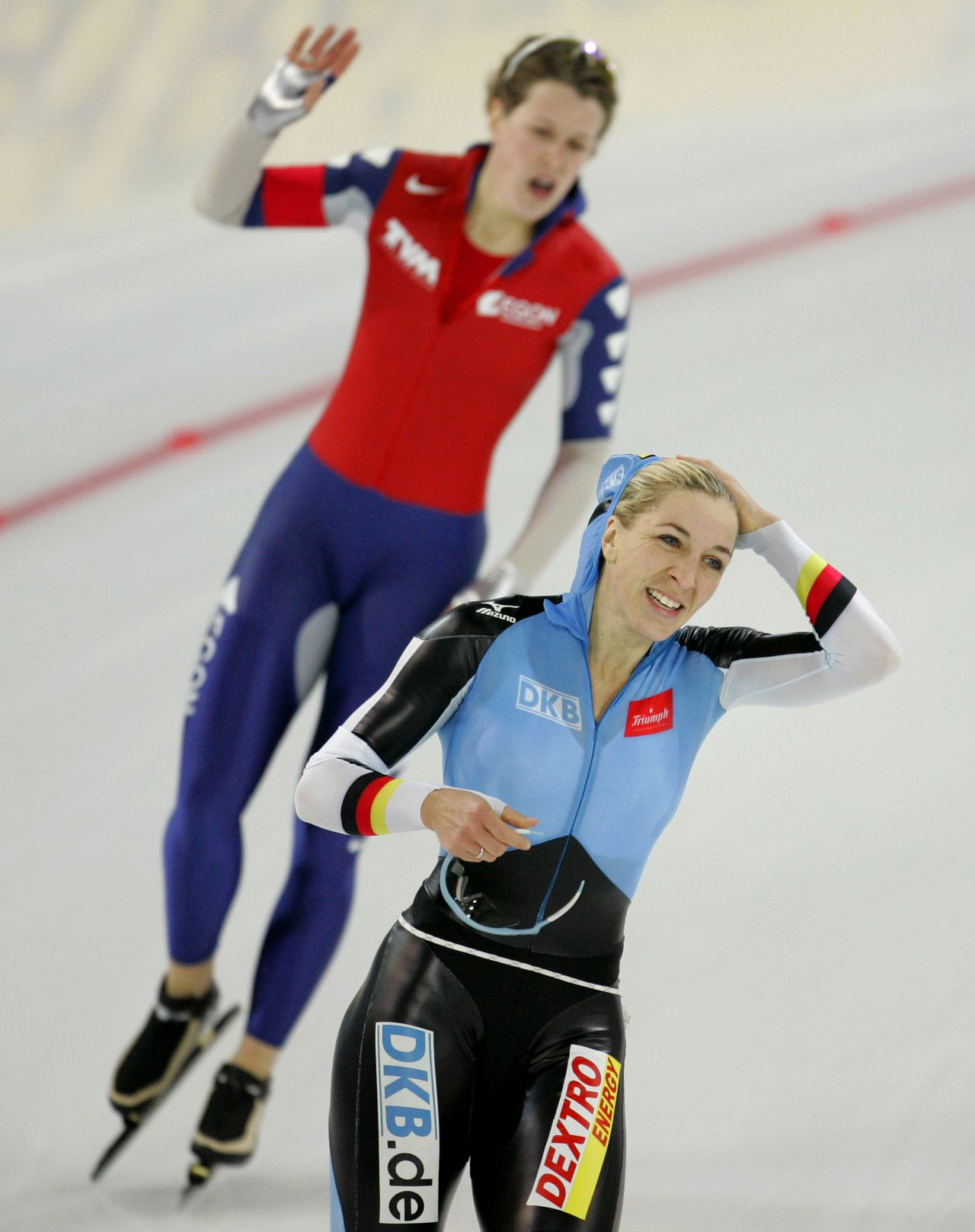 Anni Friesinger en Ireen Wüst na de afsluitende 1.00 meter. Foto AP Gold medal winner Germany's Anni Friesinger, bottom, and silver medal winner Ireen Wust of Netherlands react after finishing their women's 1000 meters race during the second day of the World Sprint Speed Skating Championships at the Hamar Olympiahall Vikingskipet in Norway, Sunday Jan. 21, 2007. (AP Photo/Matt Dunham)
