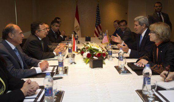 Minister Kerry (tweede van rechts) op verrassingsbezoek bij de Egyptische minister van Buitenlandse Zaken, Nabil Fahmy in vandaag Caïro.