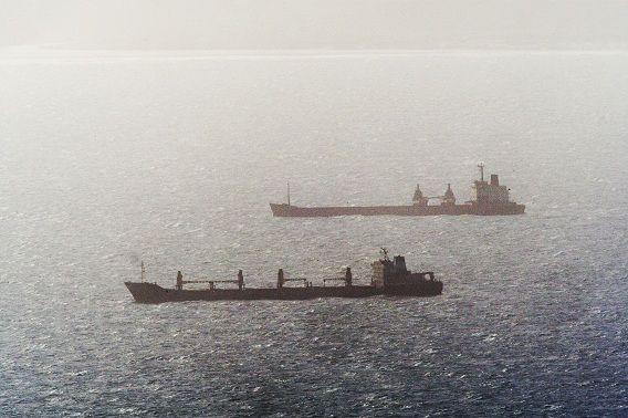 Koopvaardijschepen hebben beveiliging nodig omdat ze het risico lopen om gekaapt te worden, bijvoorbeeld voor de kust van Somalië.
